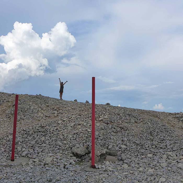 Poteaux rouges sur colline de pierres