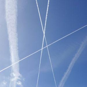 Traces d'avions dans le ciel